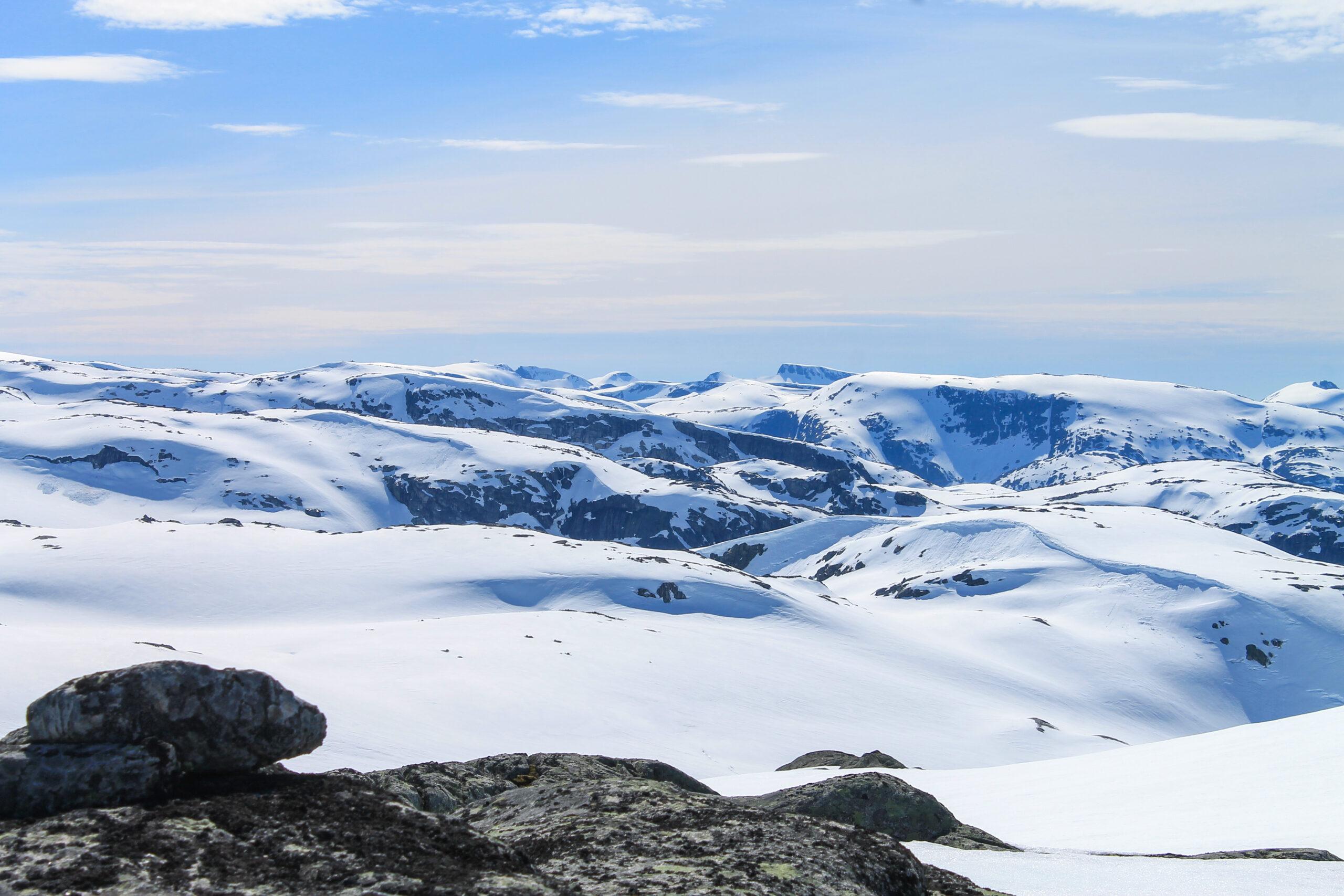 Fonnabu helt til venstre i bildet med fjellryggen Fonnanuten (varden) som strekker seg ned til Breidablikk.